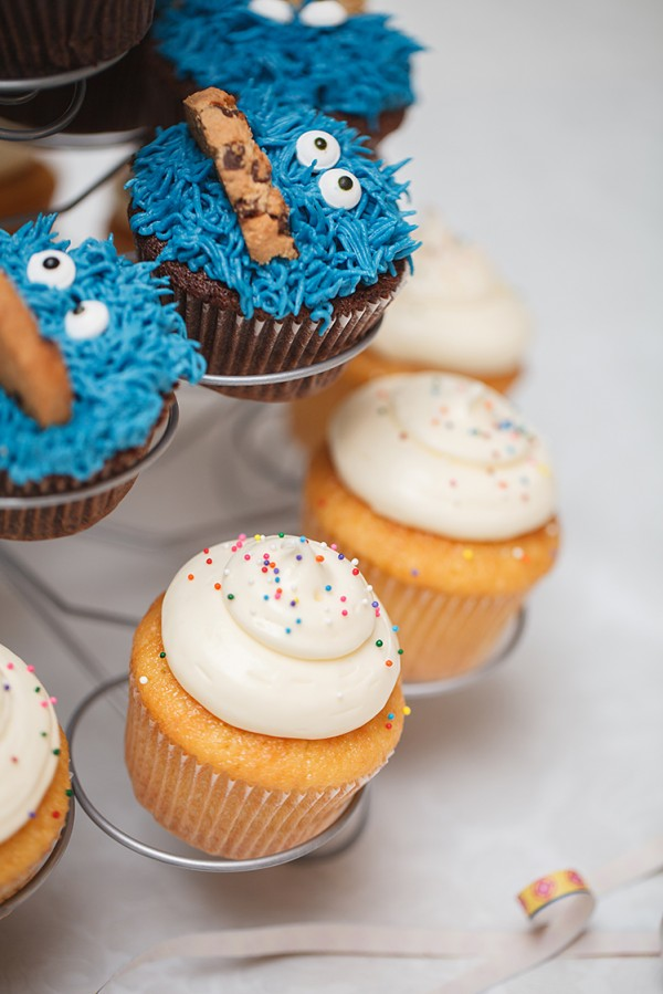 Cookie Monster-cupcakes og vaniljecupcakes
